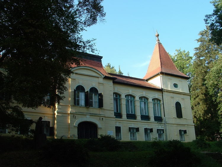 The Almásy mansion is located at the border of Felsőpetény village