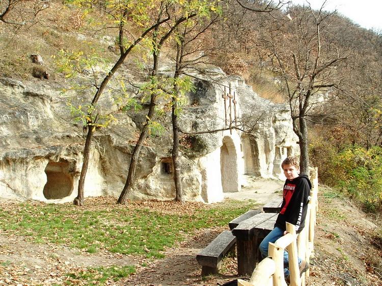 A Szentkút feletti remetebarlangoknál