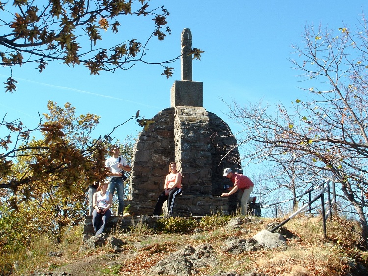 A small monument stands on the top of Sas-kő