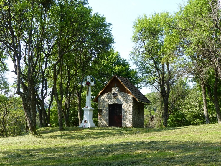 A small chapel and stone cross stand in the former Derenk village