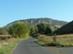 Keskeny aszfaltúton a Kétágú-hegy északnyugati púpja felé