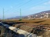 A vasúti vágányok melletti ösvényen