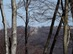 A fák között kitekintve pillantjuk meg a Nagy-Hideg-hegyi turistaházat