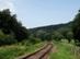 A völgy alján futnak a vasúti sínek is