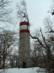 A fák között álló geodéziai torony csak télen látható teljes nagyságban