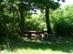Árnyas pihenőpadok a ház mellett
