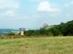 Kilátás Hollókő várára a mezők széléről