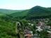 Kilátás a Veres-oldal kilátópontjáról a várra és Szarvaskőre