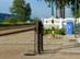 A kéktúra pecsét dobozkája a fehérre meszelt vasúti kerítésre van szerelve