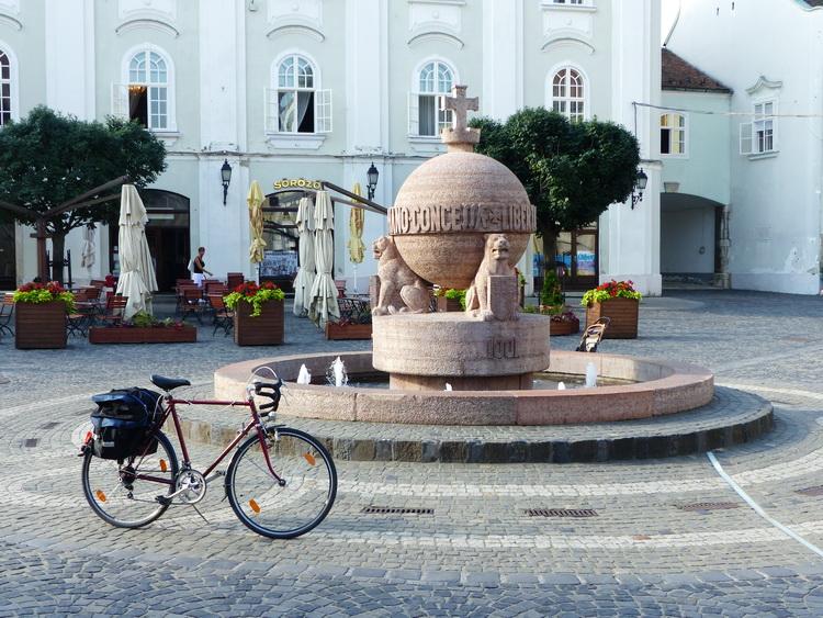 Székesfehérvár - Az Országalma előtt parkol a kerékpárom
