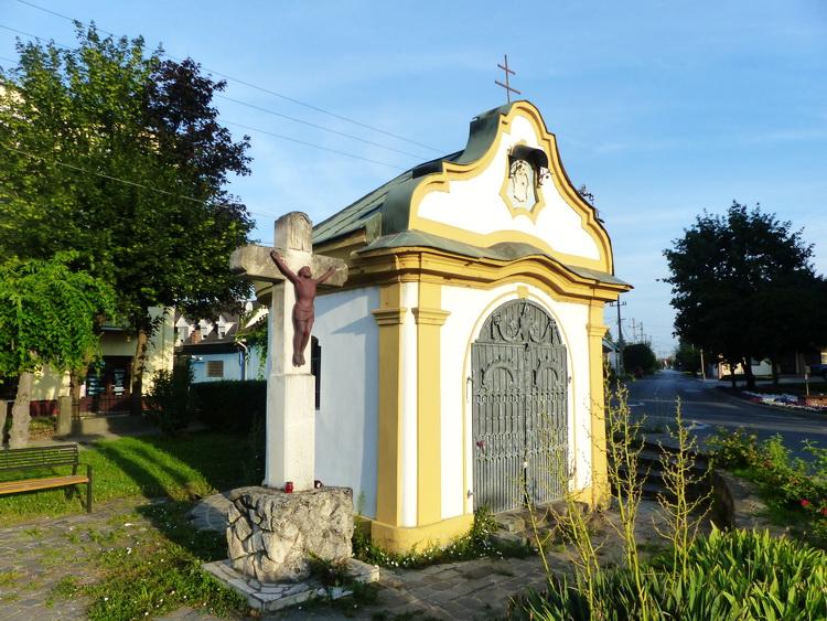Dunaföldvár - Ez a kis kápolna a Sparral szemben állt az út túlsó oldalán