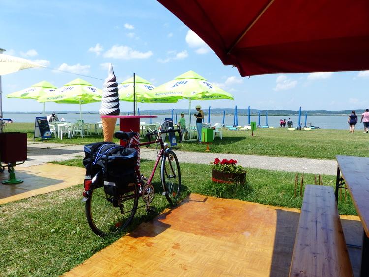 Rövid pihenő a Velencei-tó partján