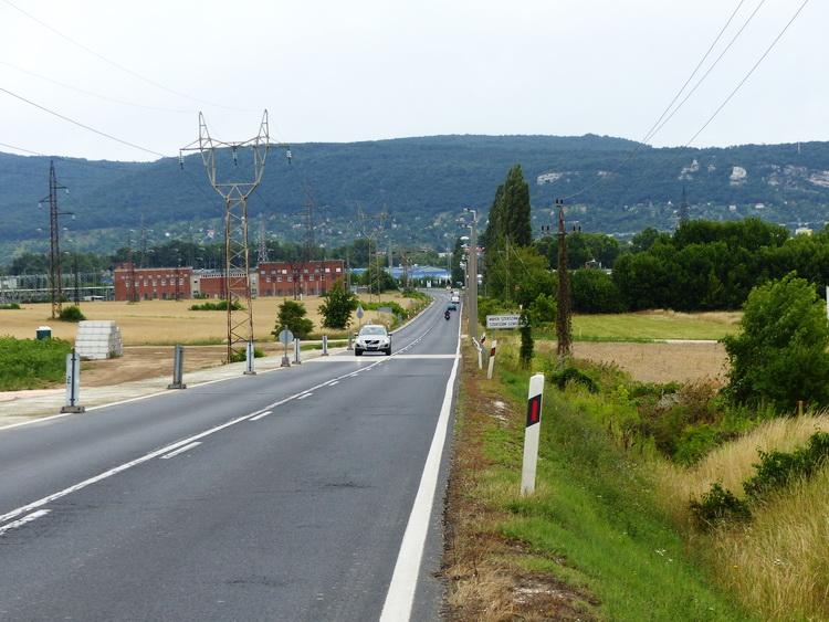 Országúton Tatabánya felé. Előttem már a Gerecse dombjai húzódnak.