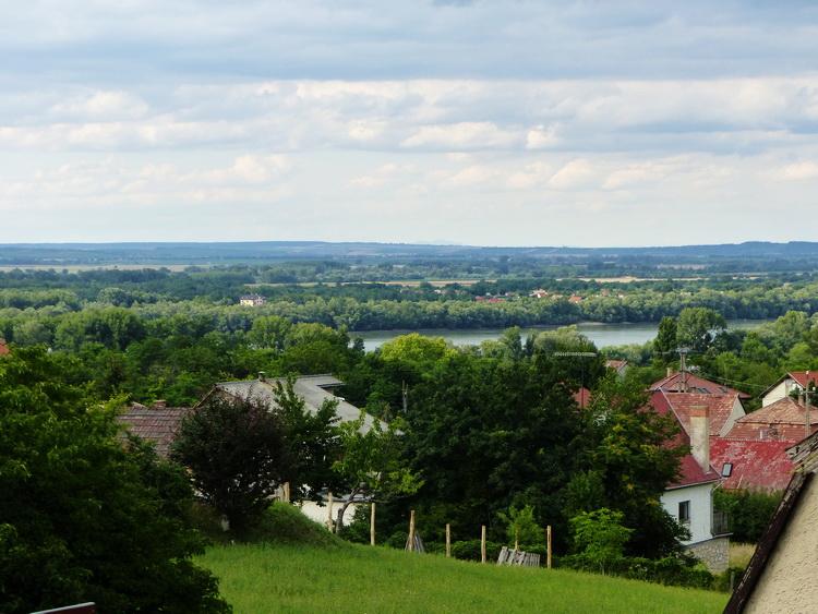 Dunaalmás - Kilátás a Vadvirág panziótól a Dunára