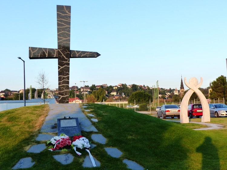 A szmolenszki légikatasztrófa áldozatainak emlékhelye a Budafokon, a Duna-parton