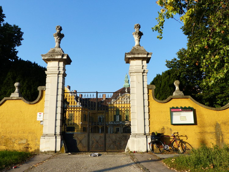 Megálltam pár percre a felújítás miatt zárva lévő Rudnyánszky kastély kapujánál is