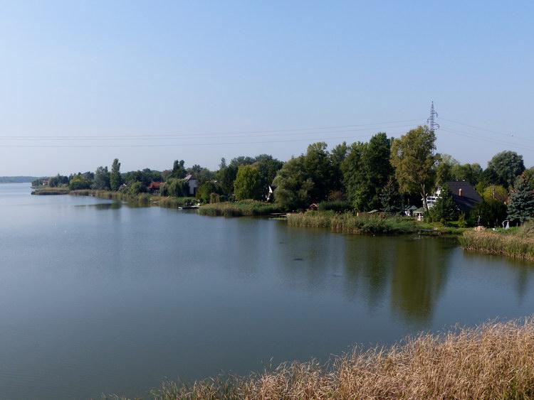 Kilátás a hídról a duzzasztott vizű Soroksári-Dunára