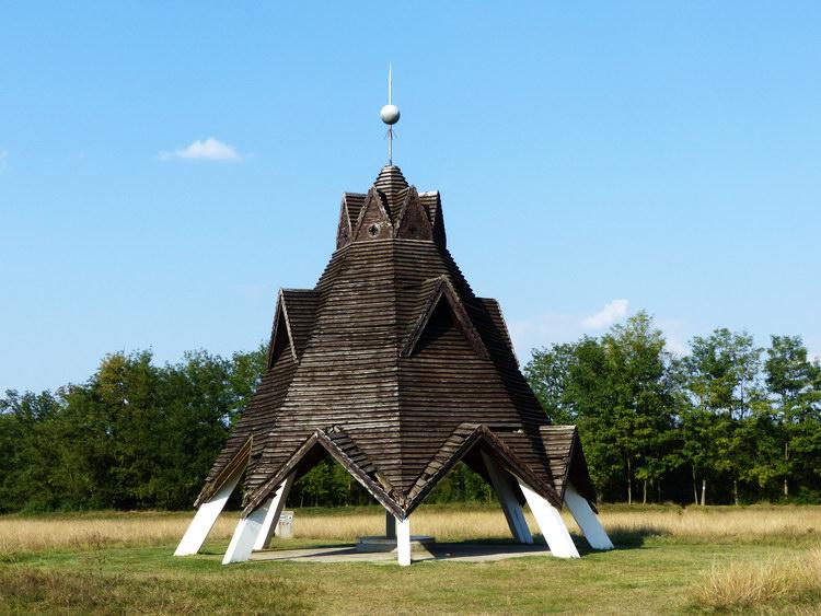 Pusztavacs mellett található a Magyarország földrajzi középpontját mutató Jeltorony
