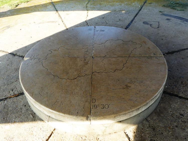 A márványlapba vésett kereszt jelzi hazánk középpontját