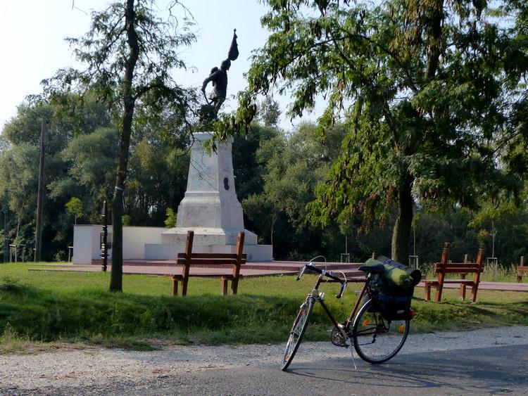Pihenő a Tápióbicske melletti csata emlékművénél
