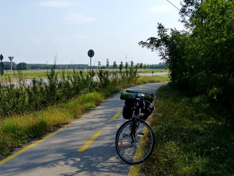 Pihenő a kerékpárúton egy erdőfolt árnyékában