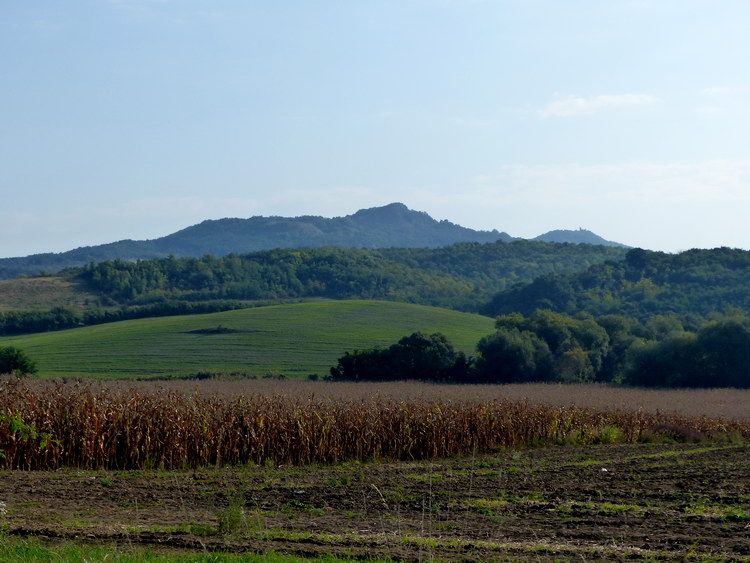 A Szanda-hegy látképe az országútról