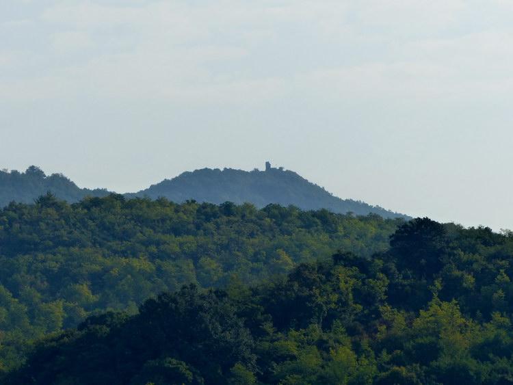 A Szanda-hegy keleti csúcsán jól látszik a várrom is