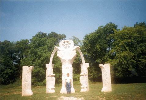 Emlékfotó a pusztamaróti emlékműnél